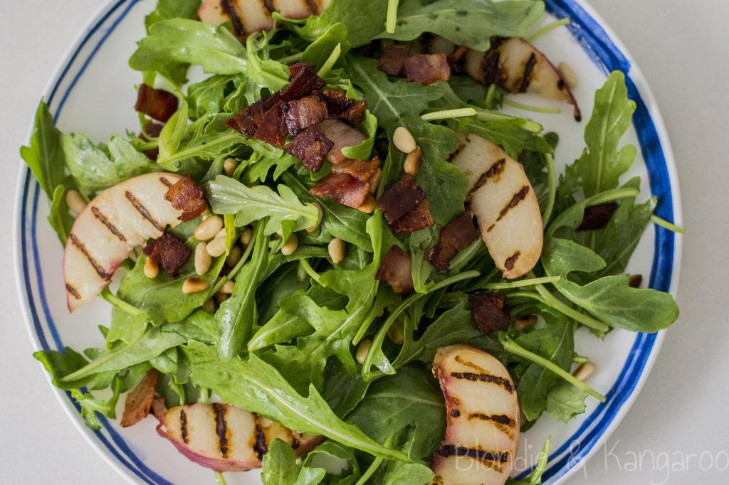 Sałatka zgrillowaną nektarynką iboczkiem/Grilled nectarine salad with bacon