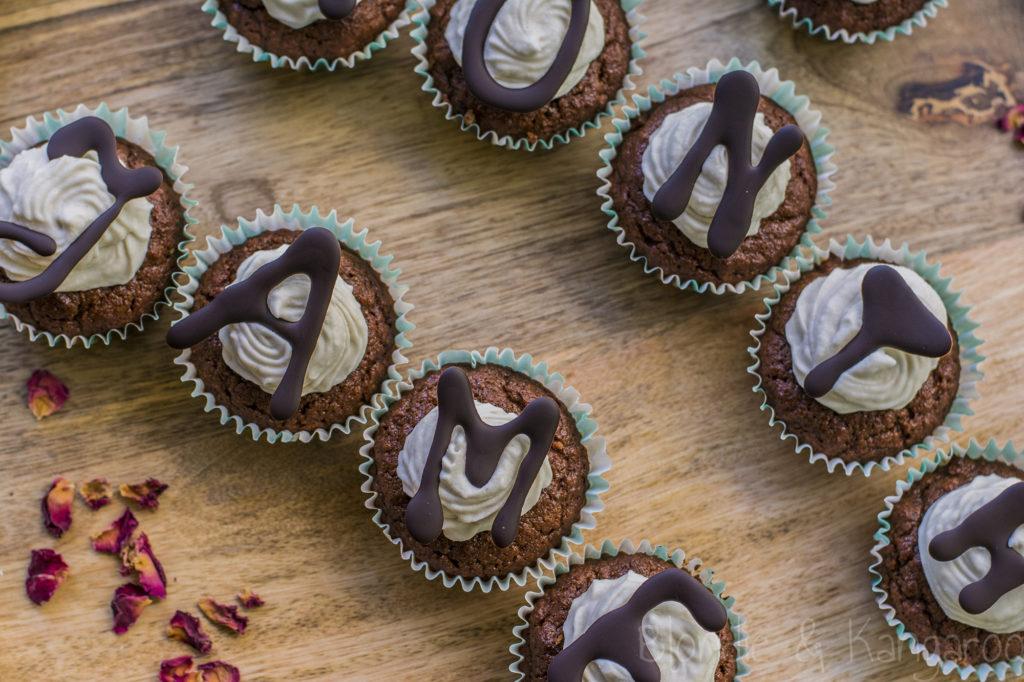 Czekoladowe babeczki nadziewane dżemem borówkowym/Chocolate cupcakes with blueberry jam