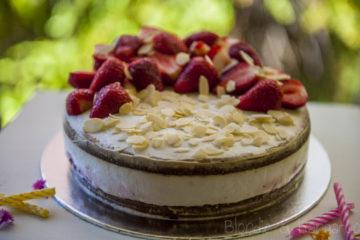 Tort kokosowy z truskawkami (bez glutenu, bez cukru)/Strawberry birthday cake (gluten-free, sugar-free, lactose-free)