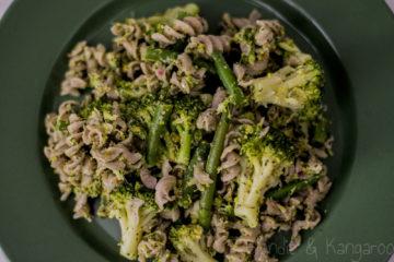 Makaron z pesto pistacjowo-miętowym i warzywami/ Pistachio mint pesto pasta with veggies