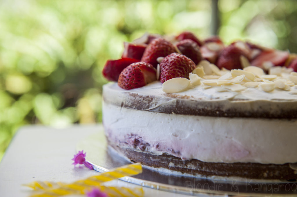 Tort kokosowy ztruskawkami (bez glutenu, bez cukru)/Strawberry birthday cake (gluten-free, sugar-free, lactose-free)